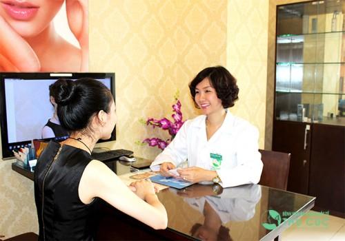 Bác sĩ thẩm mỹ Thu Cúc trực tiếp tư vấn cho khách hàng về phương pháp trẻ hóa tầng sinh môn bằng Laser.