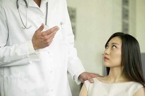 U xơ tử cung có kích thước quá to, gây ra triệu chứng ảnh hưởng tới sức khỏe hoặc u xơ lớn nhanh nghi ngờ ung thư.