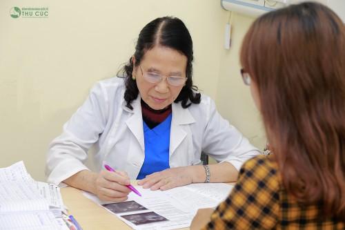 Để biết hiện tượng huyết trắng có phải là bệnh không, chị em nên thăm khám phụ khoa, gặp bác sĩ tư vấn