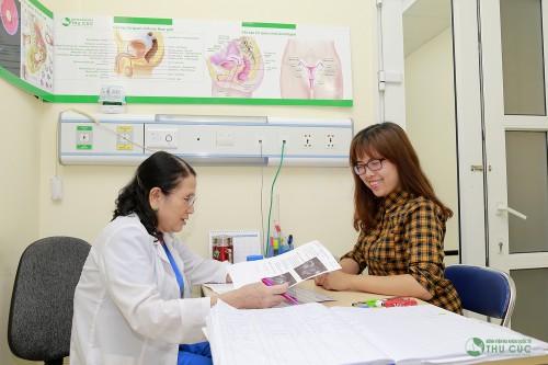 Chị em nên thăm khám để bác sĩ tư vấn về cách điều trị u nang bì buồng trứng (minh họa)