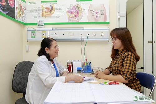 Chị em nên thăm khám và thực hiện theo những chỉ dẫn từ bác sĩ về cách điều trị u xơ tử cung (minh họa)