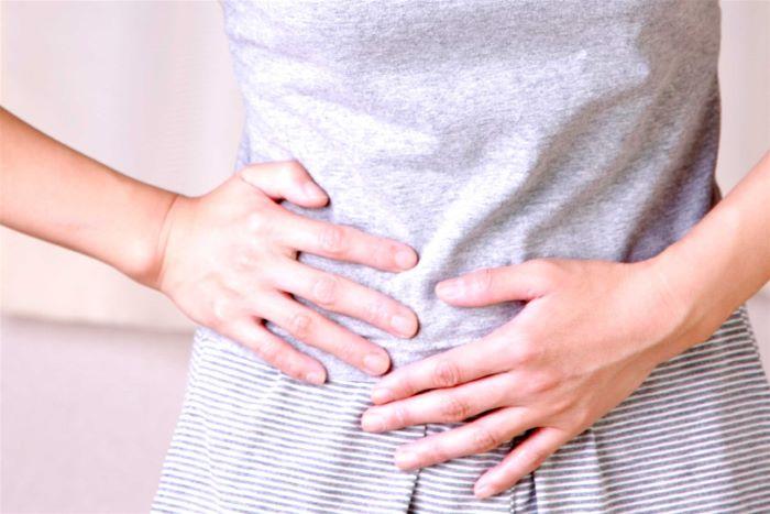 Đau tức bụng dưới là một trong những triệu chứng bình thường khi đến chu kỳ kinh nguyệt