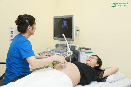 Thai máy quá nhiều (trên 20 lần/giờ) và dưới 4 lần/tiếng thì mẹ cần thăm khám bác sĩ ngay