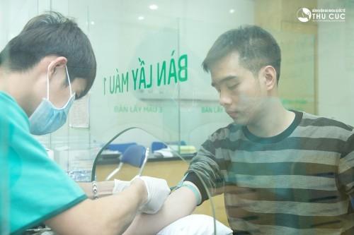Lấy máu xét nghiệm, một bước trong gói khám tiền hôn nhân tại Bệnh viện Thu Cúc