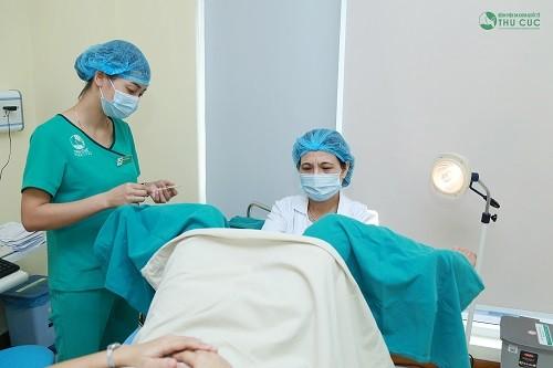 Bác sĩ tại Thu Cúc thực hiện khám cổ tử cung cho bệnh nhân