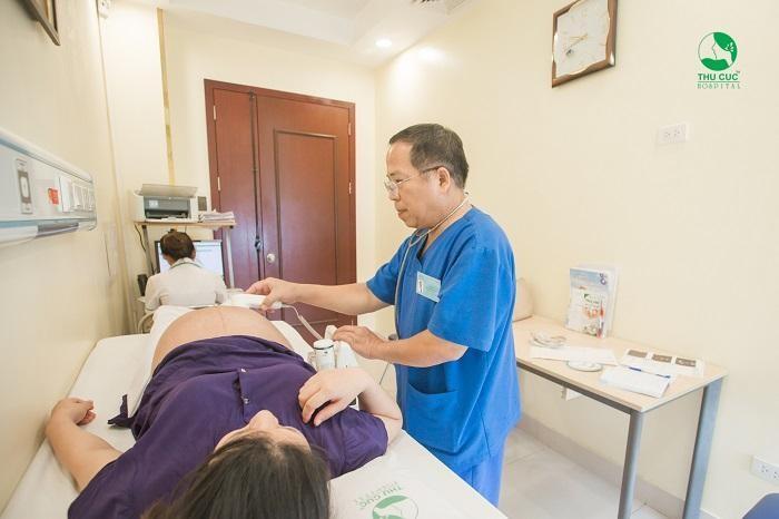 Mẹ bầu nên đến thăm khám bác sĩ thường xuyên vào những tháng cuối thai kỳ