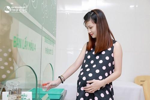 Nếu khi mang thai quan hệ bị đau rát kèm những triệu chứng bất thường khác, chị em cần đến bệnh viện để thăm khám, xác định nguyên nhân
