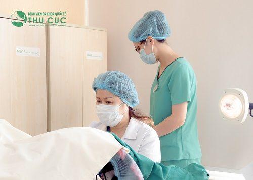 Khi thấy kinh nguyệt ra lẫn chất nhày, chị em cần nhanh chóng tới bệnh viện để tiến hành thăm khám
