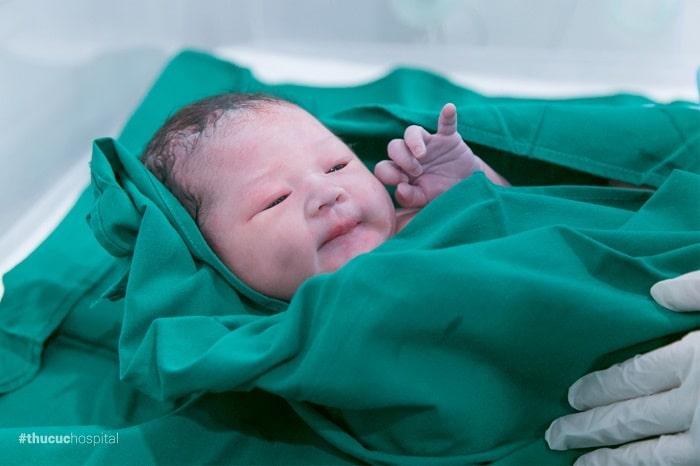 Trẻ sinh thường được nhận những vi khuẩn có lợi từ dịch âm đạo nên kháng thể tốt hơn