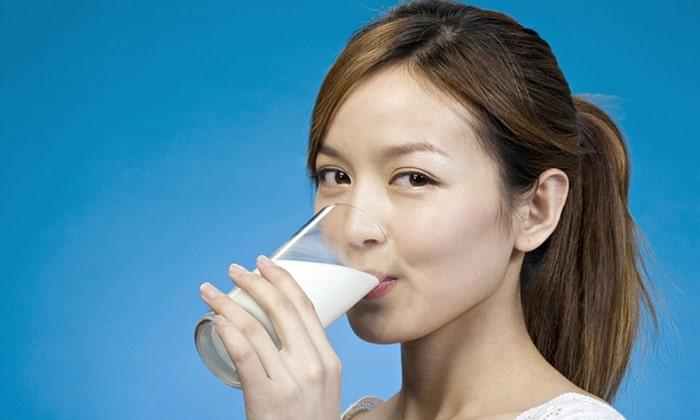 Mẹ nên uống sữa sau khi ăn sáng