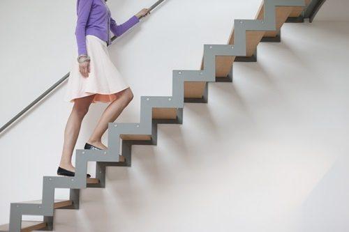 Bám vịn vào cầu thang để an toàn hơn cho mẹ sinh mổ