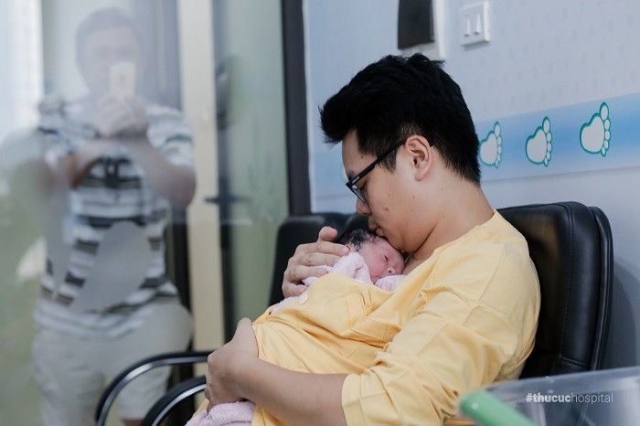 """Nếu như trong sinh thường có """"áp da mẹ"""" thì sinh mổ tại Bệnh viện ĐKQT Thu Cúc bé sẽ được áp da bố"""
