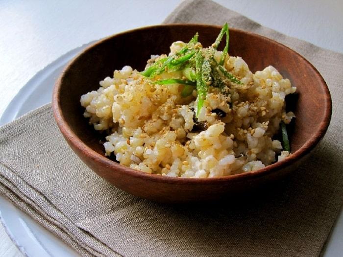 Cơm gạo lứt với mè rang giúp giảm cân sau sinh hiệu quả