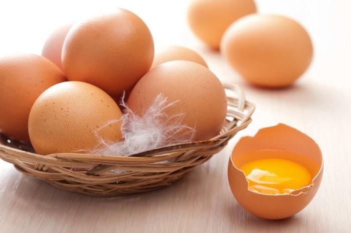 không nên ăn trứng sống hay trứng lòng đào trong khi mang thai 3 tháng đầu