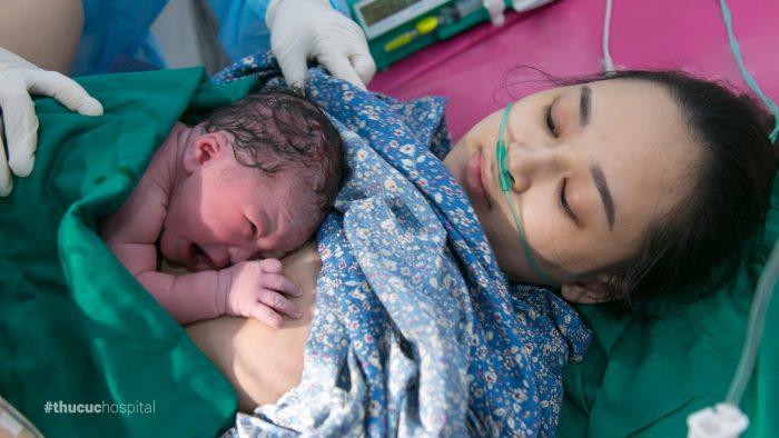 Phương pháp da kề da mang lại rất nhiều lợi ích cho cả mẹ và bé