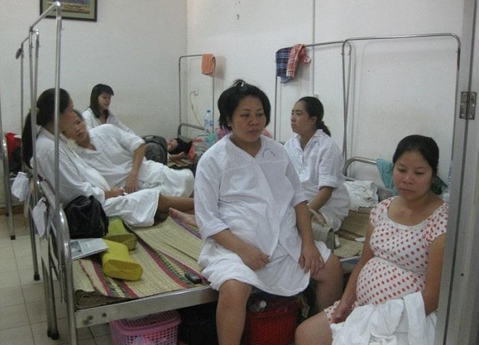 Tại bệnh viện phụ sản Hà Nội, người nhà bị hạn chế vào thăm do tình trạng quá tải về bệnh nhân