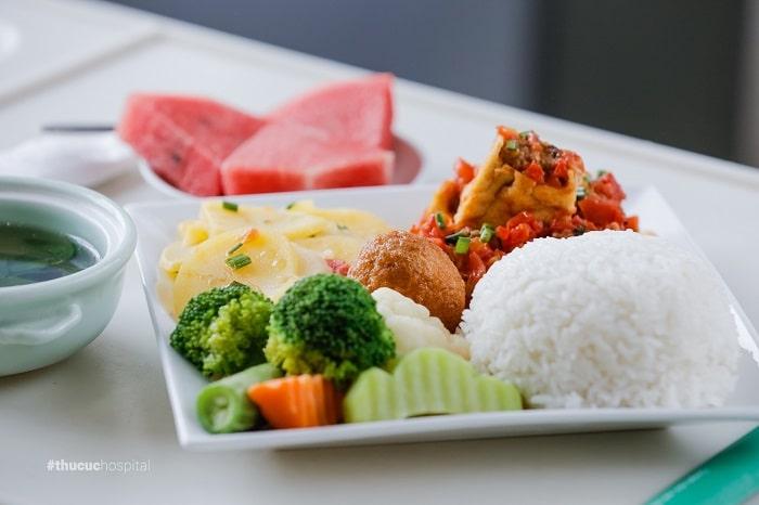 """Bữa ăn """"cơm cữ"""" ngon như cơm nhà tại bệnh viện ĐKQT Thu Cúc"""