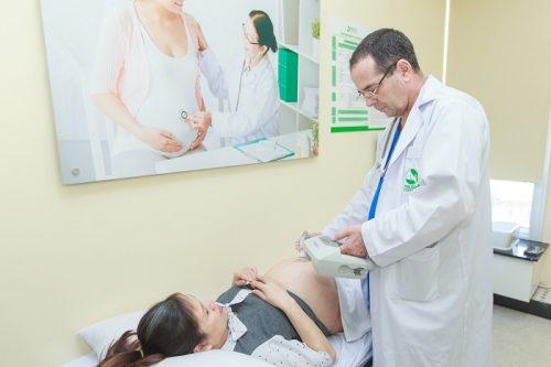 Mẹ thực hiện thăm khám trước sinh với bác sĩ sản khoa và bác sĩ gây tê/ gây mê
