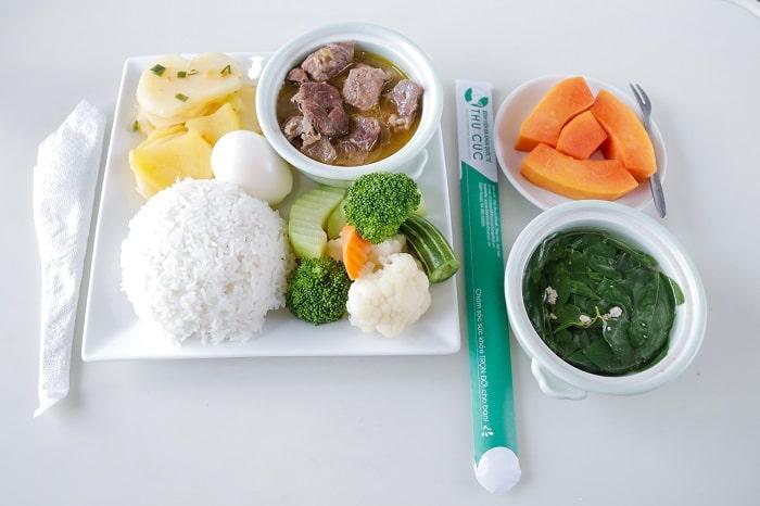 Cận cảnh bữa ăn của mẹ khi lưu viện tại bệnh viện ĐKQT Thu Cúc