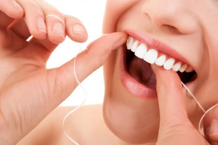 bà bầu nên vệ sinh răng bằng chỉ nha khoa