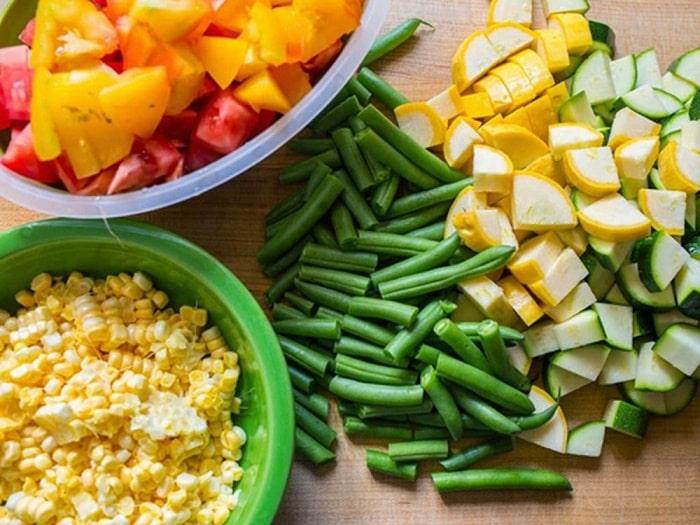Ăn nhiều rau xanh và thực phẩm giàu chất xơ rất tốt cho mẹ sinh mổ