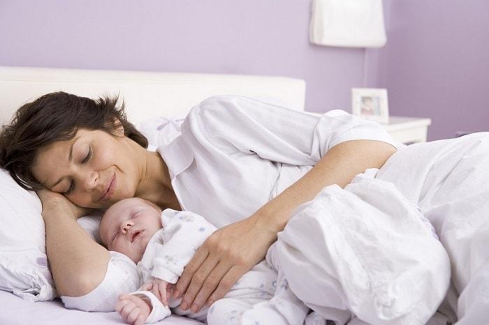Mẹ nên nghỉ ngơi, tránh làm việc quá sức sau sinh