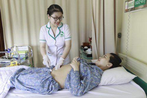 Tại bệnh viện ĐKQT Thu Cúc, mẹ được vệ sinh, chăm sóc vết mổ hàng ngày