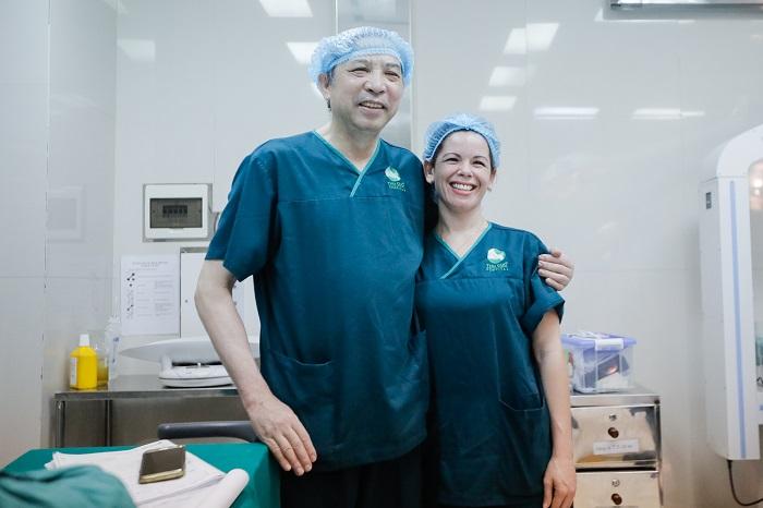 Tôi đã lựa chọn bác sĩ Quyết - một bác sĩ đẻ mổ giỏi ở viện C và bác sĩ Lisa thực hiện mổ đẻ cho mình