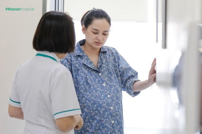 Các điều dưỡng bệnh viện ĐKQT Thu Cúc luôn ở bên cạnh mẹ