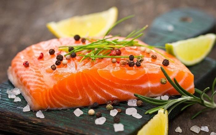 Cá hồi giàu omega 3 rất tốt cho người bị buồng trứng có nhiều nang nhỏ