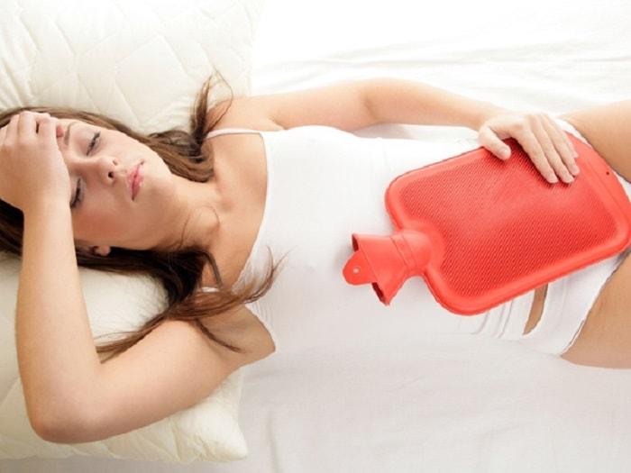 Chườm ấm là một trong những cách giúp chị em giảm đau rất hữu hiệu