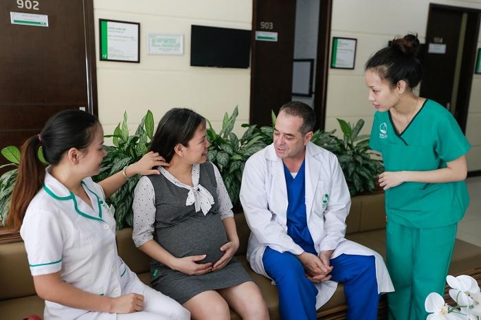 Mẹ bầu nên đến cơ sở y tế uy tín để thăm khám thường xuyên trong suốt thai kỳ.