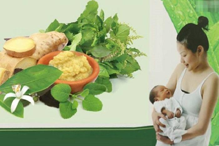 Mẹ bầu có thể dùng các loại lá thảo dược để nấu nước xông sau khi sinh