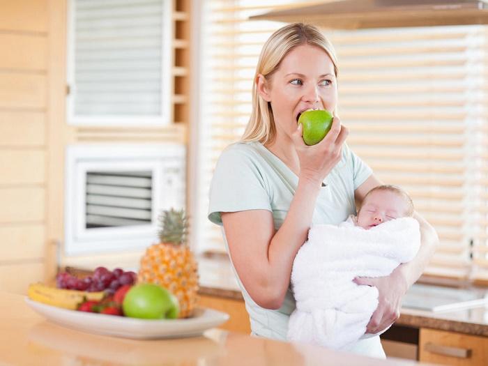 Bà đẻ sau sinh có được ăn táo không?