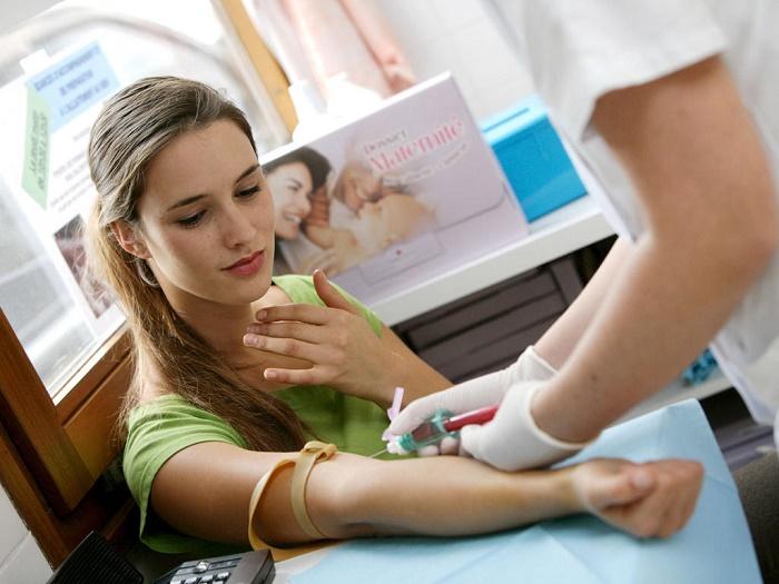 Xét nghiệm máu khi mang thai.