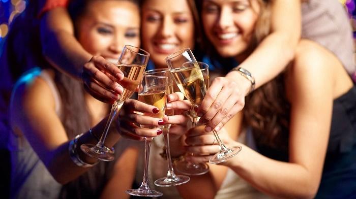 Những chị em có lối sống không lành mạnh, thường xuyên rượu, bia, thuốc lá thì dễ bị chậm kinh.