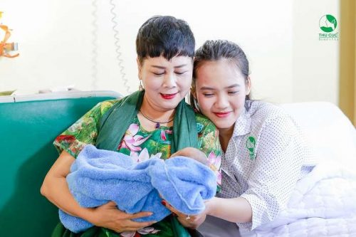 Bất ngờ gặp gỡ Nghệ sĩ ưu tú MINH HẰNG đi thăm sản phụ tại Thu Cúc