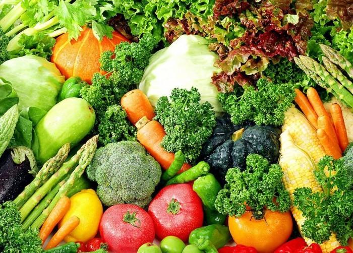 Rau quả tươi cũng là những món ăn không thể thiếu giúp chị em phục hồi sức khỏe.