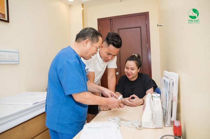 """Sự tận tâm của các bác sĩ trong mỗi lần thăm khám càng khiến tôi cảm thấy an tâm hơn về quyết định đi đưa vợ từ Thanh Hóa ra Hà Nội để đón """"người tính kiếp trước"""""""