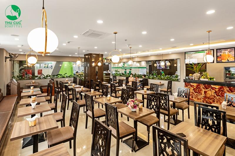 Nhà hàng gồm gần 40 bàn, đáp ứng đủ nhu cầu về ăn uống của các khách hàng tới bệnh viện.
