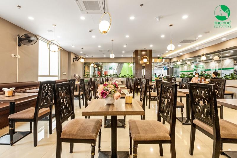 Dịch vụ nhà hàng ăn uống của Bệnh viện ĐKQT Thu Cúc được thiết kế sang trọng, ấm áp, giúp người bệnh tới thăm khám và lưu viện được trải nghiệm những bữa ăn ngon như ở nhà.