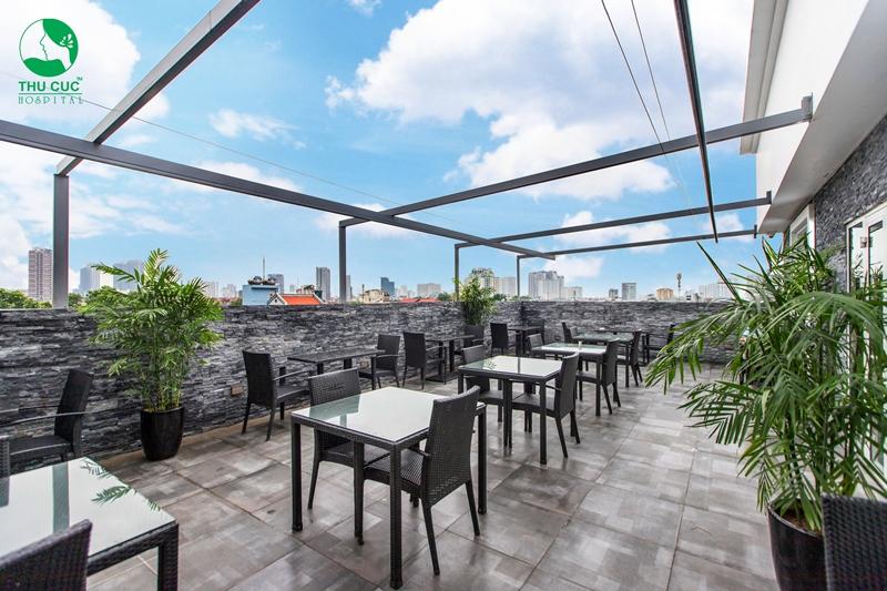 Nhà hàng bao gồm không gian ngoài trời và trong nhà.