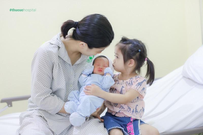 Hỗ trợ từ người thân chăm sóc con nhỏ sẽ giúp mẹ sau sinh tránh được căng thẳng, stress