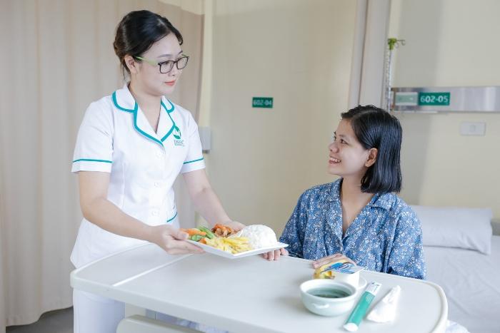 Sản phụ được phục vụ 3 bữa ăn ngon và đầy đủ dinh dưỡng mỗi ngày trong thời gian lưu viện.