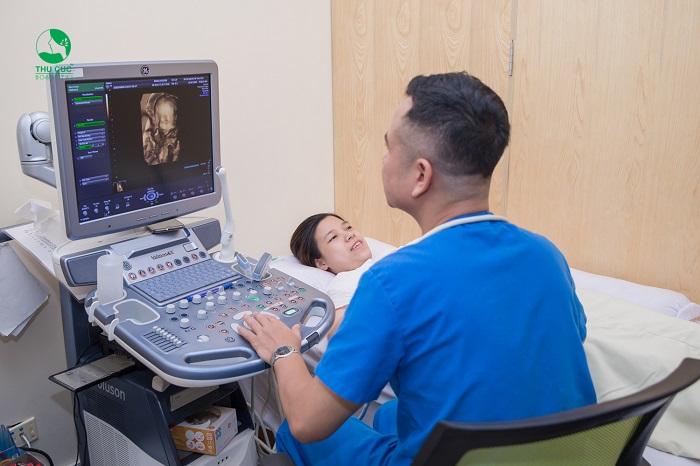 Thông qua siêu âm, bác sĩ sẽ kiểm tra tình trạng phát triển của thai nhi và sức khỏe của mẹ