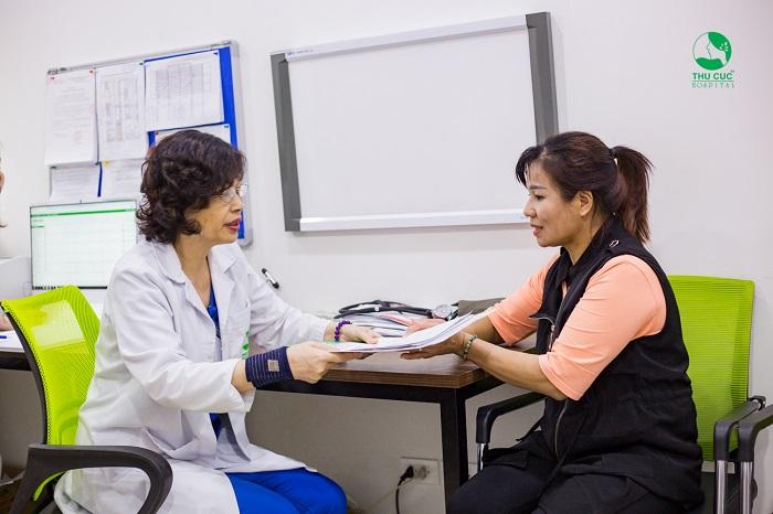 Khi bạn bị nháy mắt liên tục trong một khoảng thời gian dài thì nên tới gặp bác sĩ để được thăm khám và tư vấn và chữa bệnh nhé