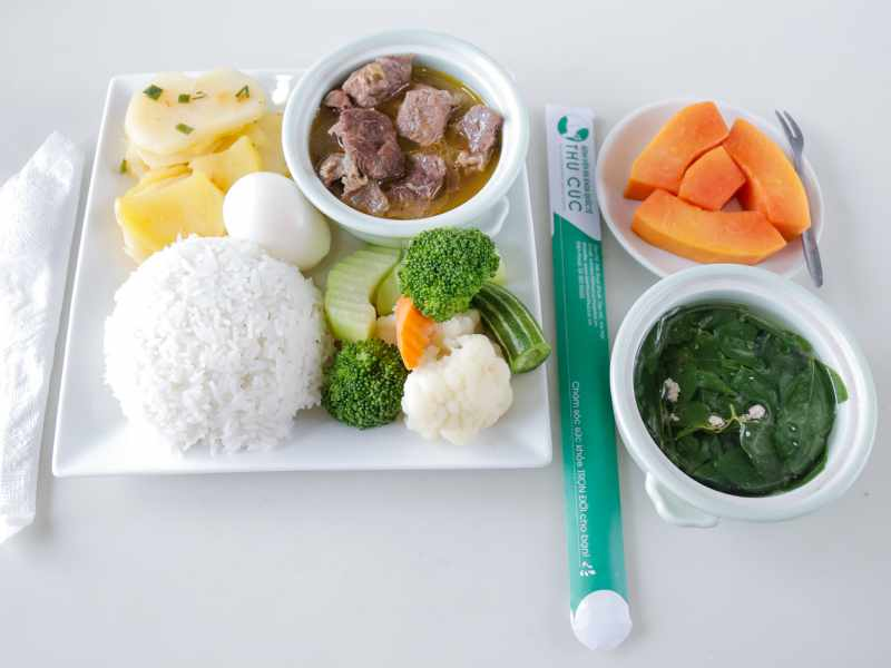Chế độ dinh dưỡng đầy đủ giúp chị em cải thiện tình trạng rối loạn kinh nguyệt sau sinh