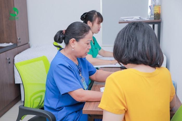 Khi phát hiện các triệu chứng của bệnh thủy đậu, mẹ bầu nên tới gặp bác sĩ để được kiểm tra và tư vấn điều trị tốt nhất
