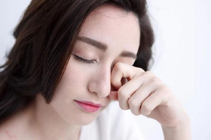 Nháy mắt phải thường xuất hiện khi cơ mí mắt bên phải của bạn bị co thắt lại