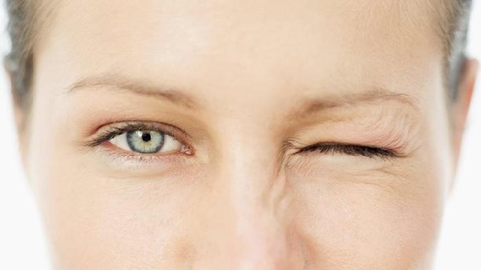 Nháy mắt trái là phản xạ tự nhiên của con người